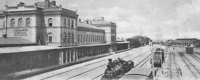 Станція Станіславів в кінці ХІХ століття. Справа бачимо будівлі майстерень по ремонту локомотивів і вагонів