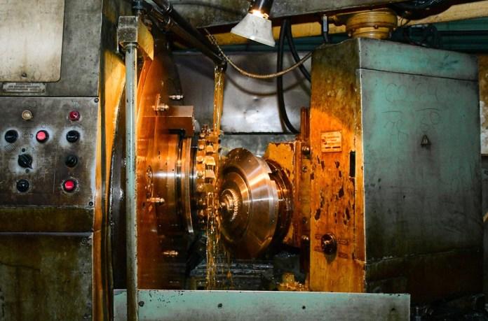 Нарізання конічного зубчастого колеса на верстаті в механічному цеху ІФЛРЗ