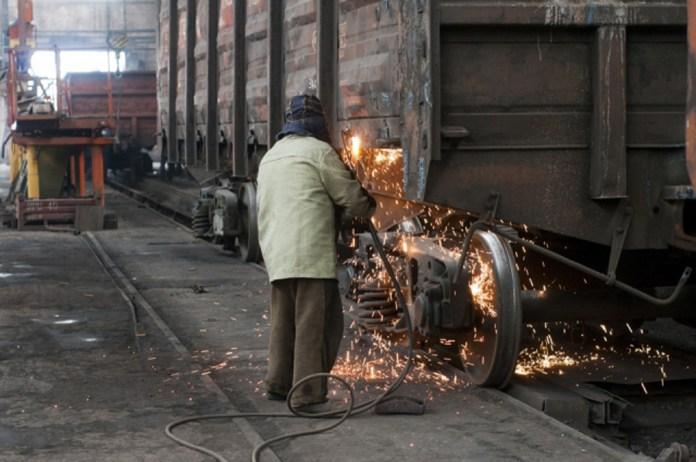 Робота зварювальника під час ремонту кузовів вагонів на Стрийському ВРЗ