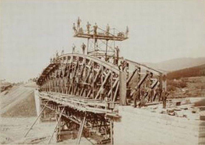 Будівництво мосту на залізниці Станіславів – Вороненка біля Делятина. 1893 р.