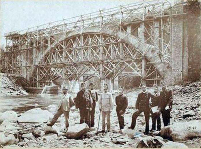 Будівництво кам'яного моста в Яремче. Автором проекту є львівський професор Зігмунт Кулька. Фото 1894 р.