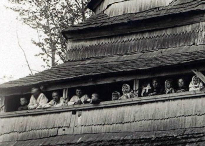 Мешканці с. Бунів на фоні храму, 1905 р.