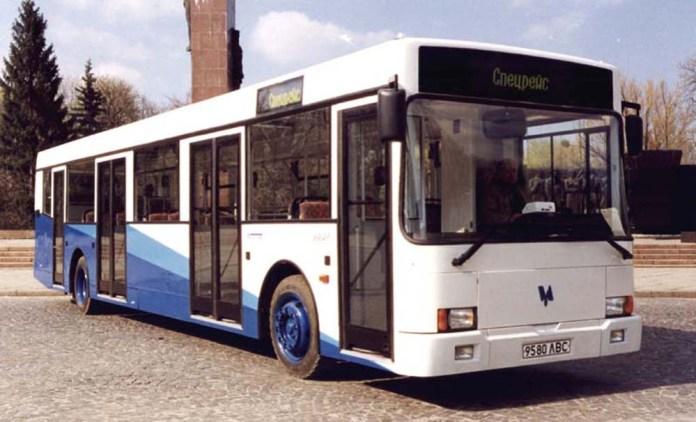Перший український низькопідлоговий автобус великого класу «Тур А181», виготовлений НДІ «Укравтобуспром» у Львові. Фото 1998 р.