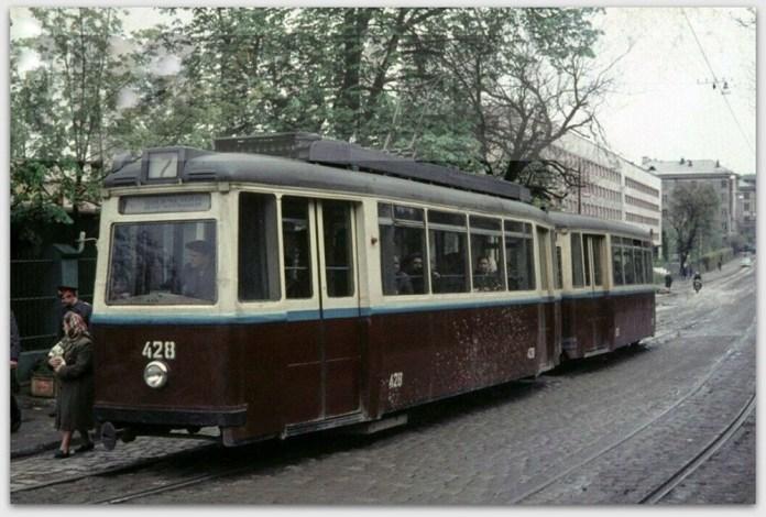Поїзд із трамвайних вагонів «LOWA ЕТ54» + «LOWA ЕВ54» №№ 428 + 528 на вулиці Менчникова. Початок 1970-х років. Ці вагони були передані до Львова із Кишинева
