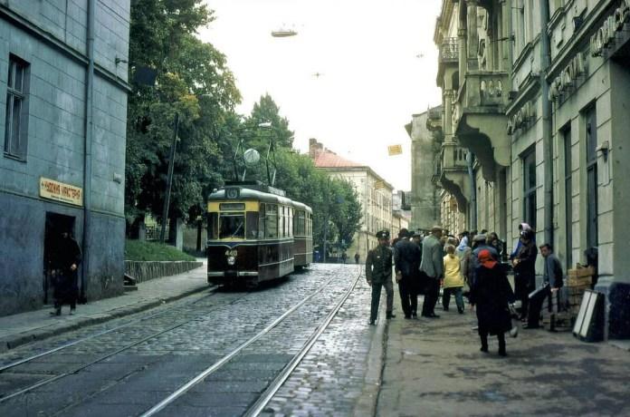Поїзд із трамвайних вагонів «Gotha Т2-62» та «Gotha В2-62» на вулиці Калініна (тепер – Замарстинівська). Кінець 1970-х років