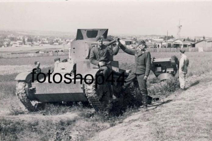 Рівне. Німецькі ремонтні бригади оглядають підбиті радянські танки. Знято вочевидь після 28 червня року 1941