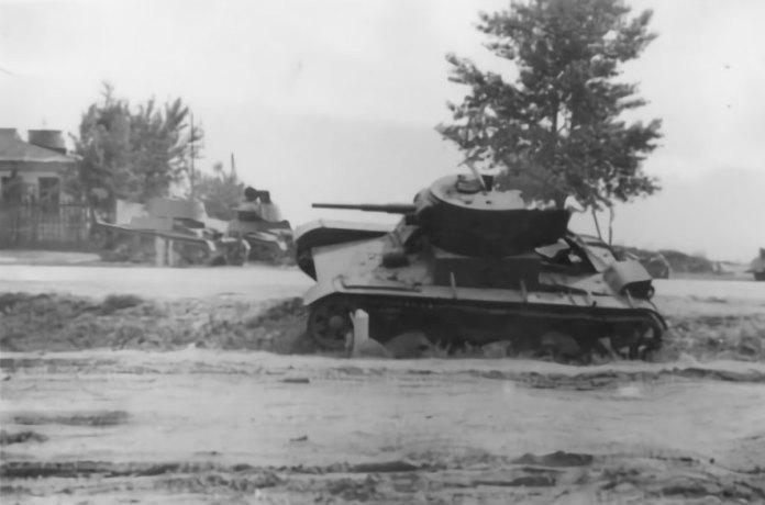 Рівне. Підбиті танки, на дальньому плані проглядається вогнеметний танк ОТ-133. Вид з боку будинку Самойлових