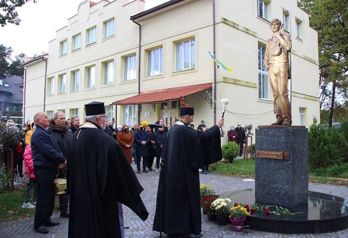 Відкриття пам'ятника Володимиру Івасюку в Брюховича. Світлив Йосип Марухняк