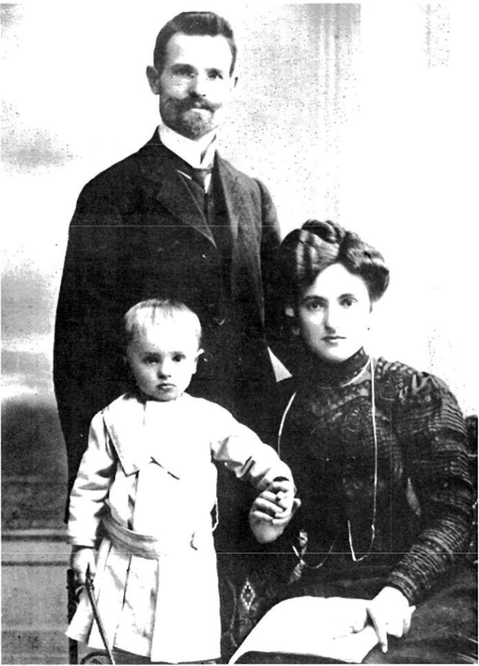 Дворічний Володимир Ласовський з батьком Созонтом і мамою Антоніною, 1909