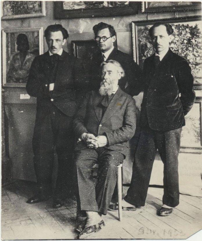 Григорій Смольський (стоїть крайній праворуч) із учителем Олексою Новаківським та товаришами Михайлом Морозом і Антоном Малюцею. Тернопіль, 1933