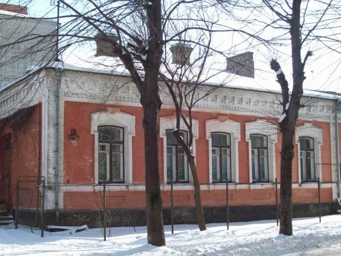 Старий будинок у так званому цегляному стилі