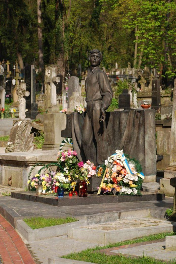Надгробок Володимира Івасюка. Скульптор Микола Посікіра