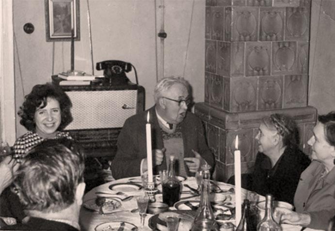 Різдво на Попречній, 1950-ті роки. Зліва (потилиця) Ярослав Коваль, сестра Лариса, Тато, тета Стефа, тета Валентина
