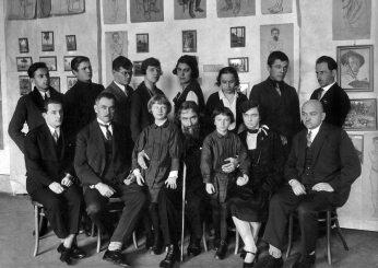 Осип Курилас (сидить у першому ряді другий зліва) з Олексою Новаківським та учнями його Мистецької школи, 1929;