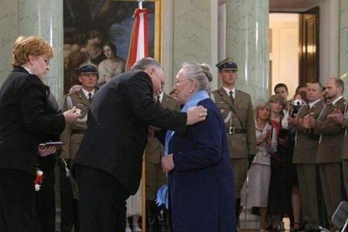Лєх Качиньський вручає Орден Білого Орла Анні Валентинович