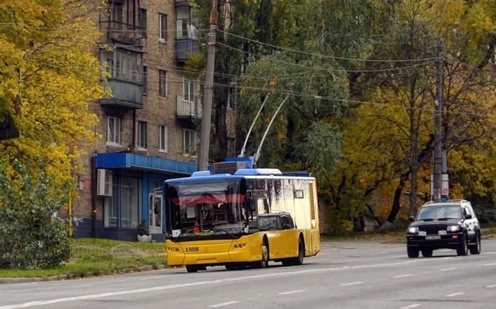 Один із перших серійних тролейбусів ЛАЗ Е183D1 у Києві