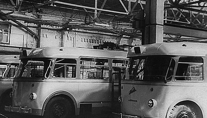 Серійні тролейбуси «Київ – 4» у складальному цеху Київського заводу електротранспорту. 1965 рік