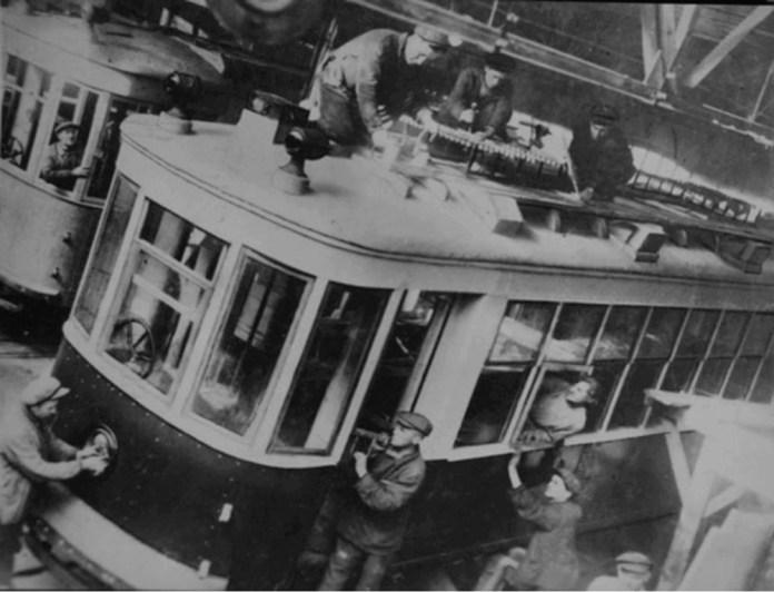 Складання трамвайних вагонів Х і М для Миколаєва на Миколаївському суднобудівному заводі імені А. Марті. 1930-ті рр.