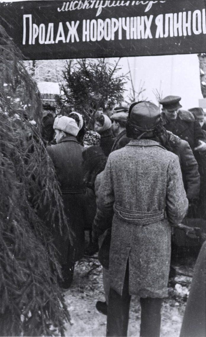 Ялинковий базар у Львові в грудні 1960 року. Світлив Юліан Дорош