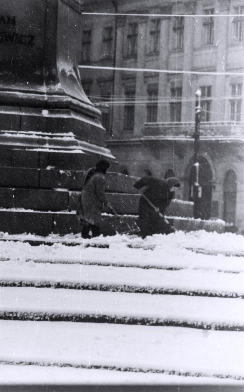 Пам'ятник Адаму Міцкевичу прибирають від снігу у Львові в грудні 1960 року. Світлив Юліан Дорош