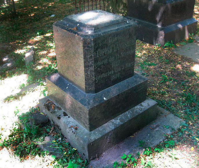 Пам'ятник Леопольду Ландсбергу, роботи скульптора Генриха Олешкевича.