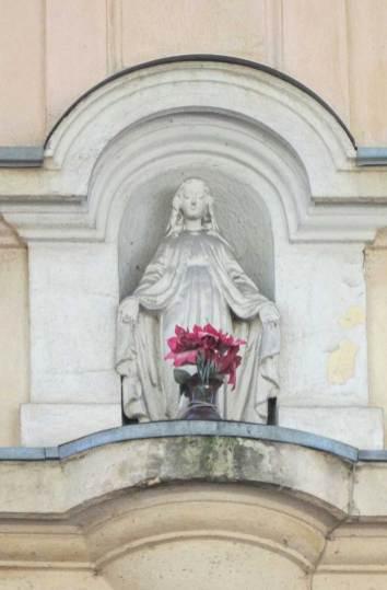 Фігурка Діви Марії на фасаді кам'яниці №6. Фото Мар'яни Іванишин.