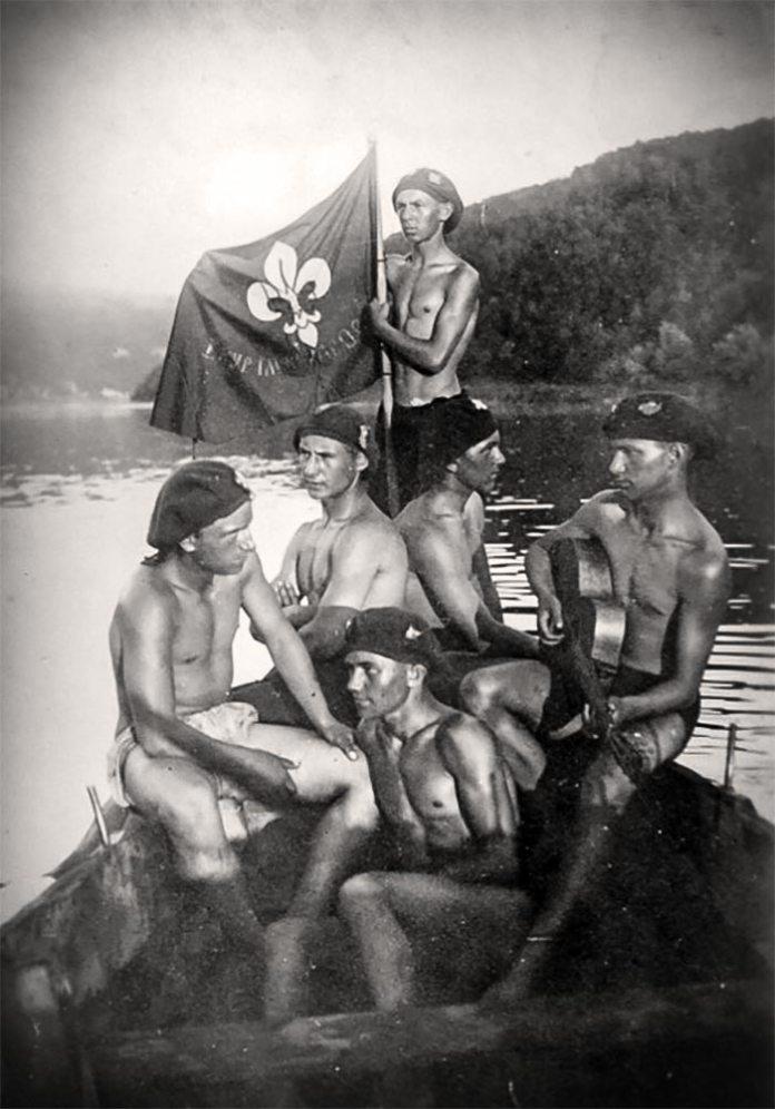 Стрийські пластуни під час водної мандрівки Дністром, 1927 рік. З гітарою – майбутній політичний опонент Бандери Лев Ребет, із яким вони у той час належали до одного юнацького куреня імені Я.Осьмомисла