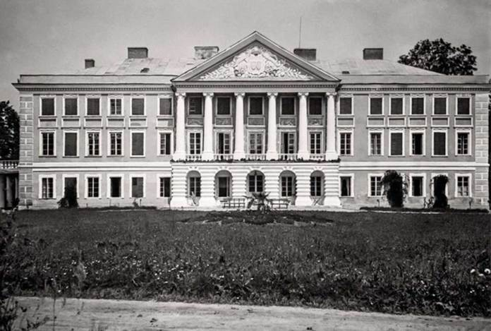 Бурштин. Палац Скарбків-Яблоновських. Фото міжвоєнного періоду. Джерело: skyscrapercity.com
