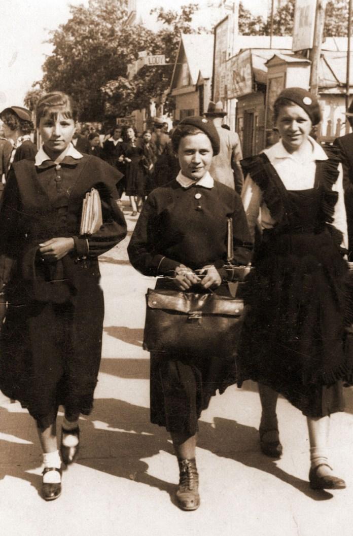 Гімназистка Галина Мацузька з подругами, Рівне, 1930 і
