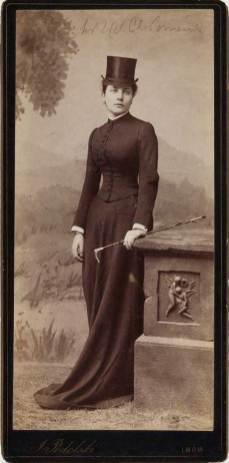 Жіночий портрет зроблений у львівському фотоательє. Джерело zbiory.mhf.krakow.pl