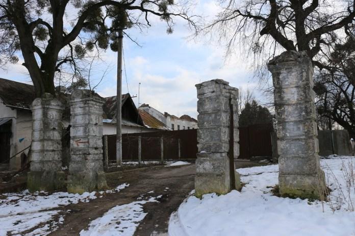 Кам'яні стовпи вхідної брами маєтку в Гряді. Фото Лілії Онищенко