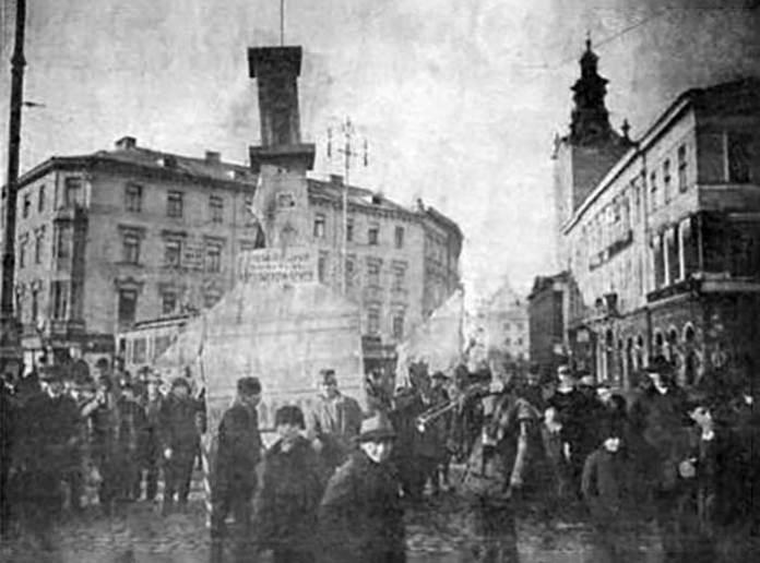 Паперова ратуша на вулицях Львова. Nowości Illustrowane, 1911 рік