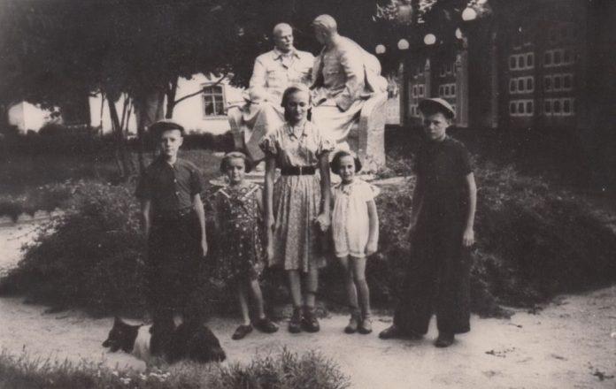 Діти з вул. 17 вересня біля пам'ятника, що стояв на початку вулиці (зараз-ЦУМ)