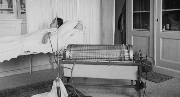 Пацієнтка під час сеансу гемодіалізу на одному із перших апаратів для гемодіалізу. Початок 1950-х років