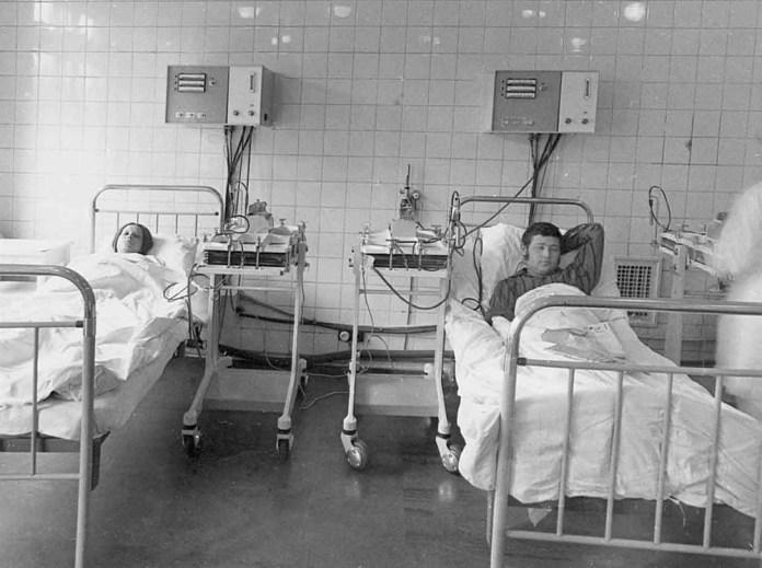 Пацієнти проходять процедуру гемодіалізу на діалізній системі СГД-6 в лікарні імені С.П. Боткіна у Москві. 1974 р.