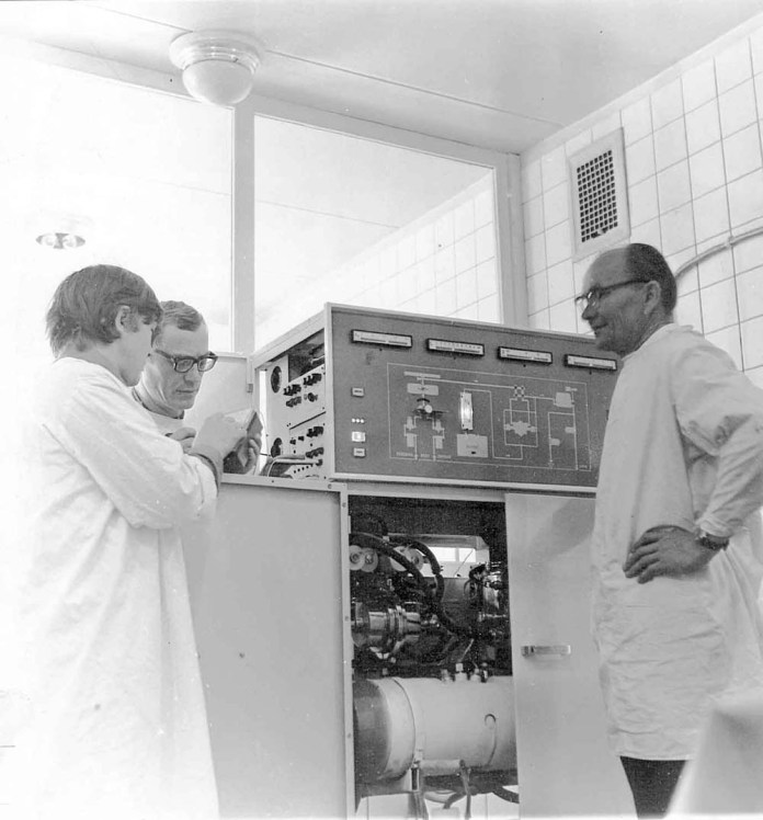 Монтаж діалізної системи СГД-6, справа на фото – її розробник Артемій Мелетієвич Балабанов (1917 – 1995 рр.)