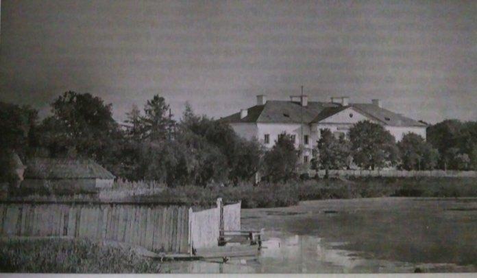 """Найбільше болото було там, де була колись резиденція власників міста князів Любомирських, на теперішній """"Лебединці"""""""