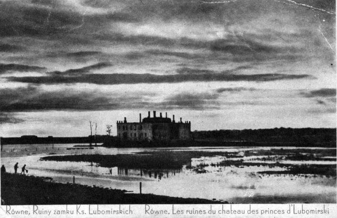 Болото і поруйнований палац – улюблені газетярами теми і об'єкти для критики