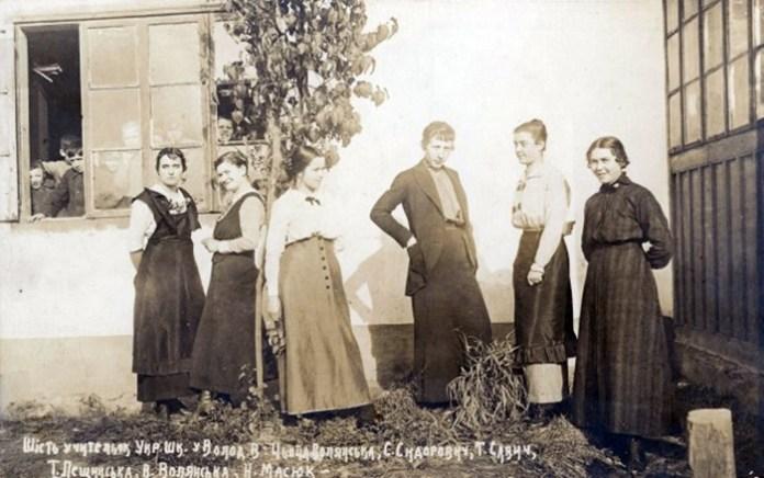 Вчительки зі Львова в українській школі у Володимирі-Волинському, 1916 р.