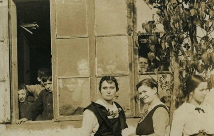 Учні виглядають через вікно школи, Володимир-Волинський, 1916 р.