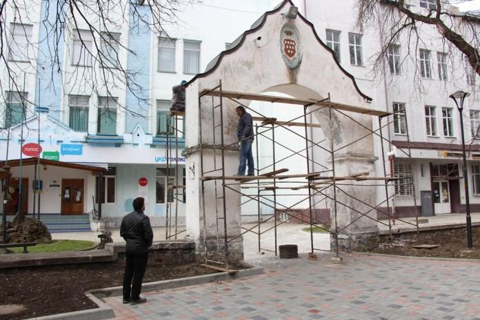 Реставрація арки біля костелу святого Варфоломія у Дрогобичі. Фото: Дрогобицька міськрада