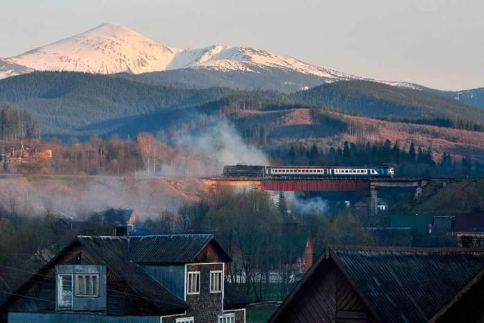 Вид на дизельний потяг на тлі Говерли. Автор світлини Kajetan Orliński