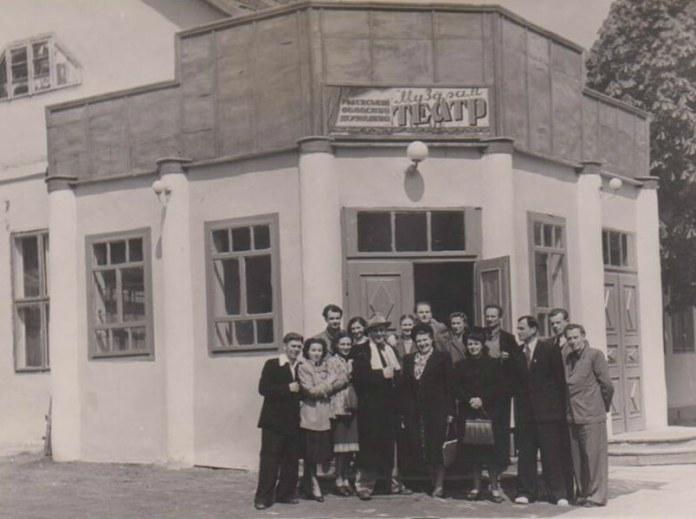 До 1960-го тут був театр а потім будинок культури будівельників. На фото актори театру. Друга ліворуч у першому ряду Алла Логошовець, фото 1955 року