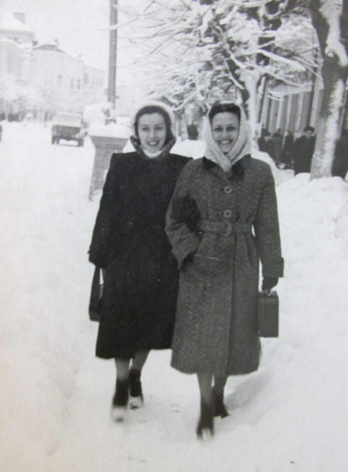 Алла Логошовець (ліворуч) і Тетяна Куровська на вулицях засніженого Рівного 1950-х