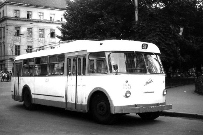 Тролейбус «Київ – 4» на площі Адама Міцкевича у Львові. Ця машина виготовлена у 1966 році і має малий передній маршрутовказівник. Фото 1971 року