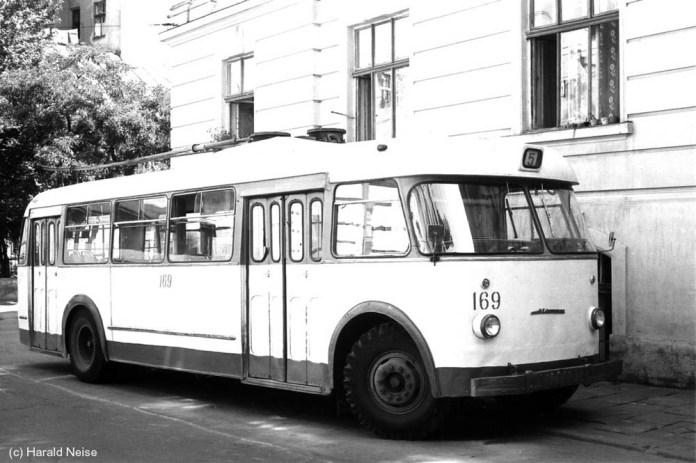 Тролейбус «Київ – 4» 5-го маршруту на вулиці Костомарова. 1971 р. Автор фото – Гаральд Нейзе