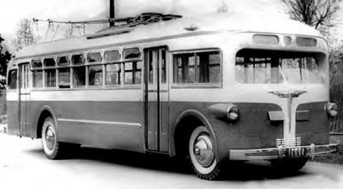 Друга модифікація тролейбуса Тушинського машинобудівного заводу № 82 – МТБ-82М. Фото 1946 року