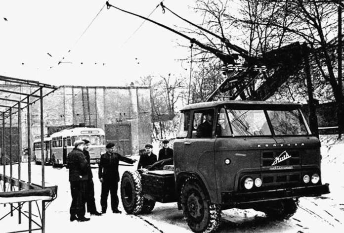 Перший тролейвоз-сідельний тягач «Київ – 8» на базі автомобіля КАЗ-606А «Колхіда» на території КЗЕТу. За ним – тролейбуси «Київ – 2» та «Skoda 9Tr». 1965 р.