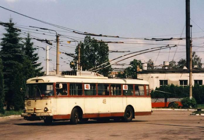 За пасажирським тролейбусом «Skoda 9Tr» № 418 видно львівський бортовий тролейвоз КТГ-2. 1998 р. Автор фото Ааре Оландер