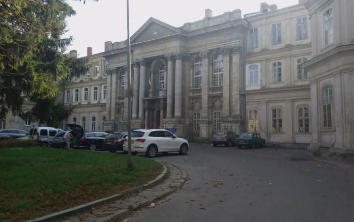 Головний корпус Львівської обласної клінічної лікарні, де колись розміщувався колегіум піярів. Сучасне фото 2018 р.